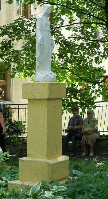 Figura przed kościołem św.Kazimierza