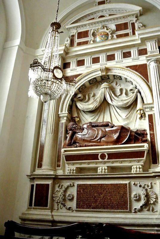 Kaplica Świętej Trójcy-  Nagrobek Konarskiego1