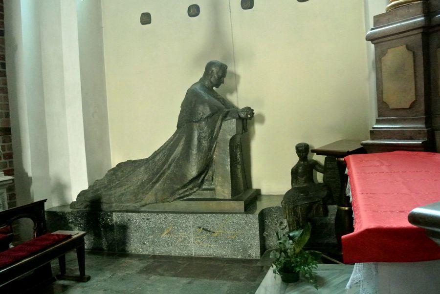 Kaplica św. Franciszka Ksawerego - pomnik  A Hlonda Kopia