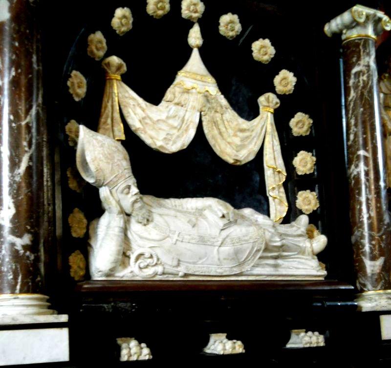 Na przeciw złotej Kaplicy nagrobek  Nowodworskiego zm.1634r.