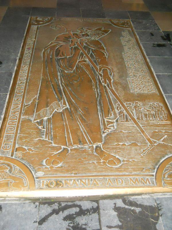 Płyta Biskupa Jordana z 2000 r. (w posadzce)
