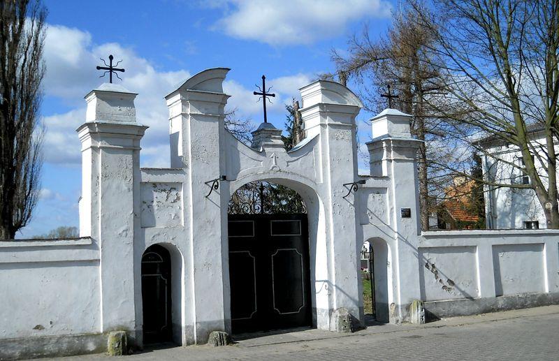 Brama na plac pokościelnym
